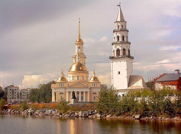 Невьянская падающая башня</b> — расположена в центре города Невьянска Свердловской области. Построена в первой половине XVIII века по приказу Акинфия Демидова.