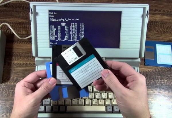 Первый ноутбук в СССР имел 16-битный процессор с частотой 4,77-7,16 мегагерц, оперативку в 640 килобайт, цветовая палитра предусматривала 4 оттенка серого. Весило устройство 3,5 кг