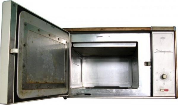 Первые микроволновые печи в СССР широко распространения не получили, т. к. стоили дорого