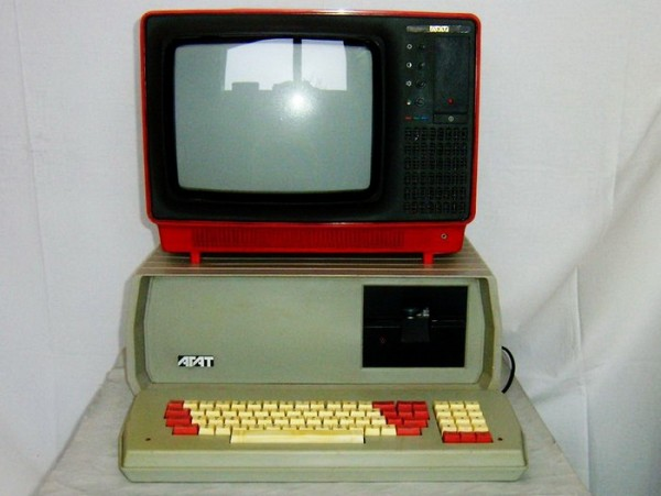 Работа над созданием ЭВМ также началась в СССР в 40-е гг прошлого века. Использовалось такое оборудование в НИИ, ВУЗах, на производстве.