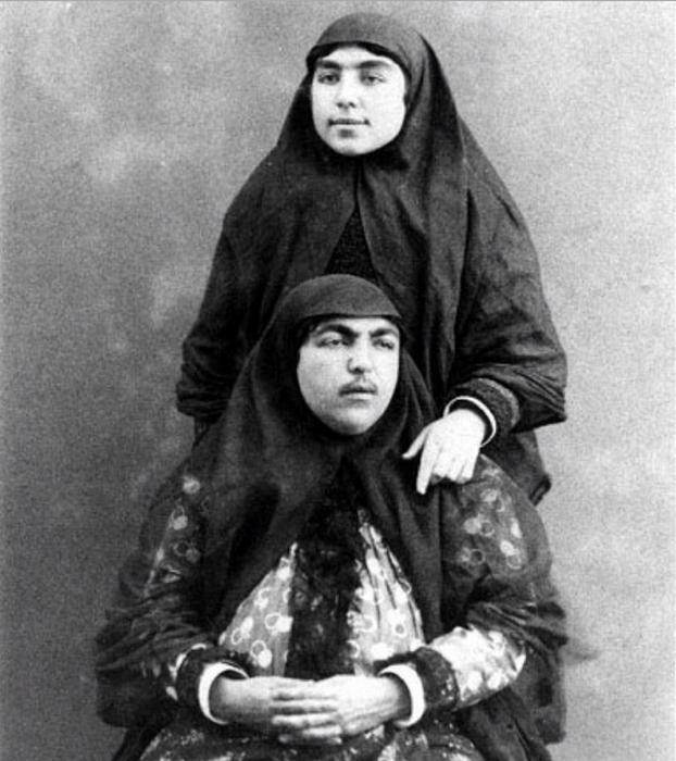 Фотографии женщин оспаривают общепринятое представление о жизни в гареме — шахские жёны выглядят вполне современными для того времени и уверенными в себе, они спокойно смотрят в объектив фотоаппарата, не кокетничая и не робея