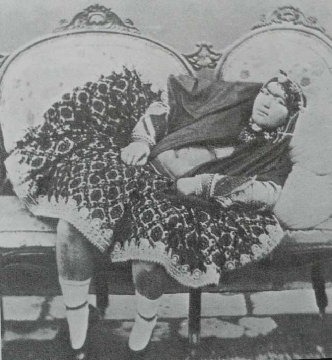 По фотографиям можно судить о вкусах иранского монарха — все женщины в теле, со сросшимися густыми бровями и хорошо заметными усиками