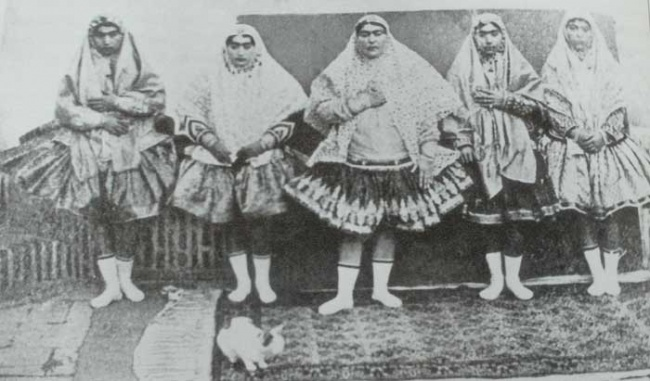 На многих фото наложницы гарема запечатлены в коротких пышных юбках наподобие балетных пачек (шалитех). И это неслучайно
