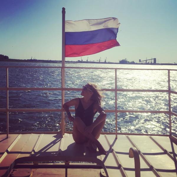 Собчак и российский флаг: откровенная фотосессия