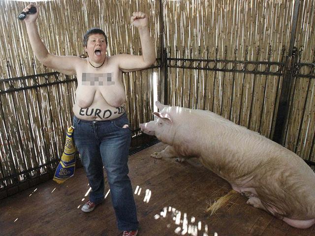 Акция была приурочена ко дню рождения президента УЕФА Мишеля Платини