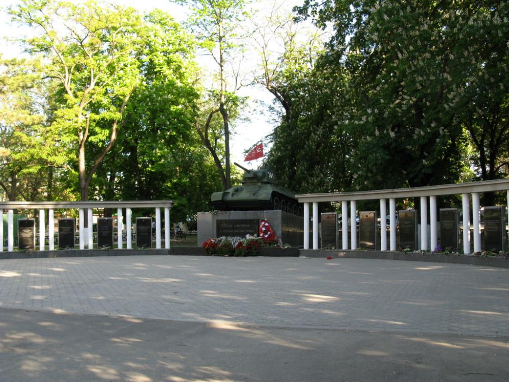IMG_симферополь 09 мая_танк в сквере около ВР Крыма32_новый размер