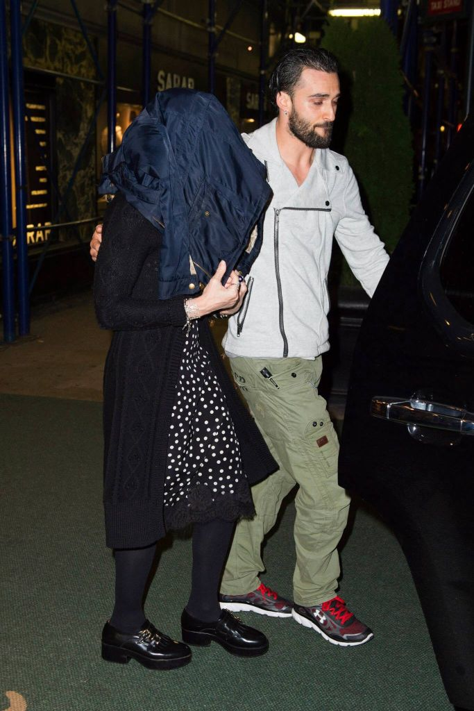 20141010-pictures-madonna-out-and-about-new-york-yom-kippur-02