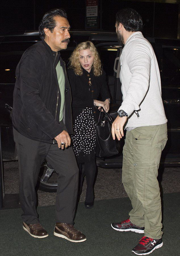 20141010-pictures-madonna-out-and-about-new-york-yom-kippur-06