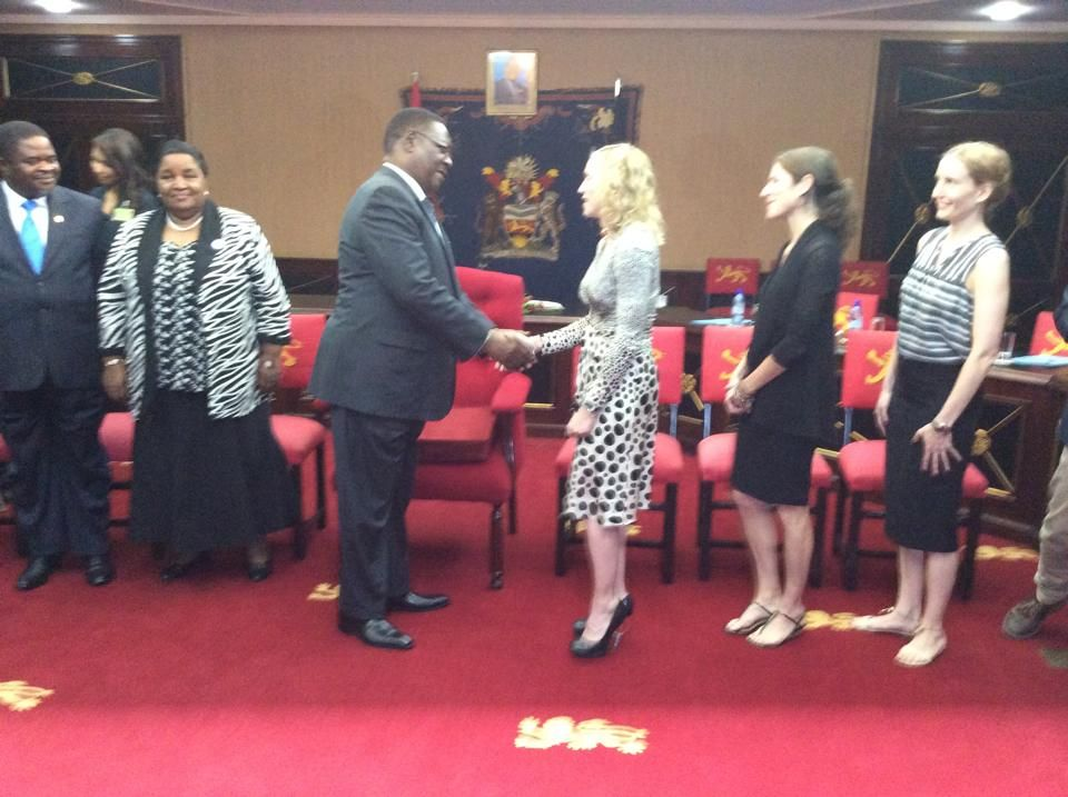 20141128-pictures-madonna-malawi-president-peter-mutharika-09