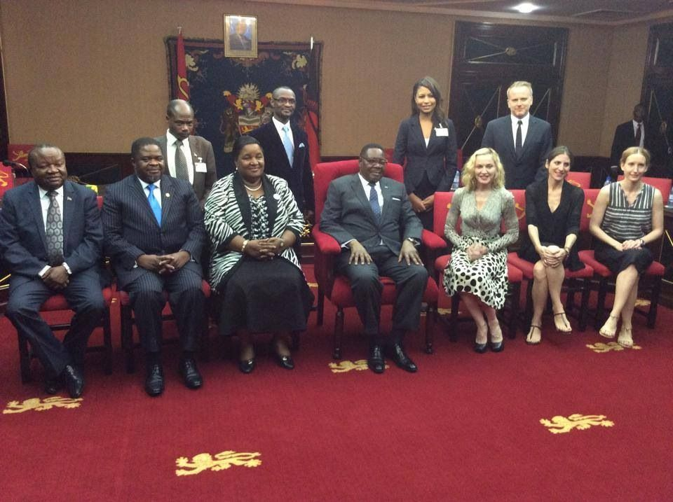 20141128-pictures-madonna-malawi-president-peter-mutharika-08