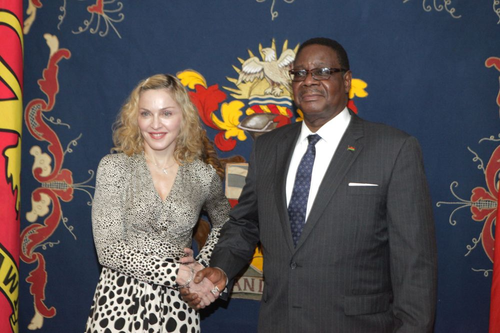 20141128-pictures-madonna-malawi-president-peter-mutharika-03