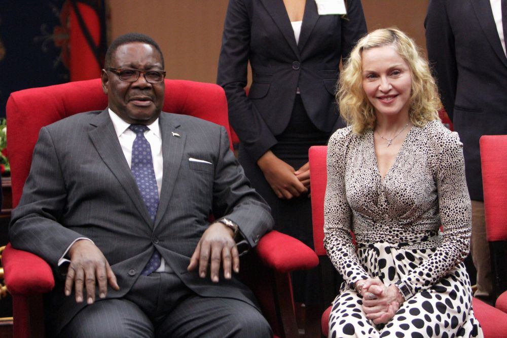 20141128-pictures-madonna-malawi-president-peter-mutharika-01