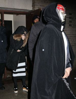 20150308-pictures-madonna-out-and-about-new-york-purim-10