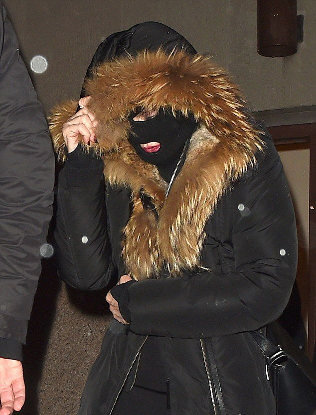 20150308-pictures-madonna-out-and-about-new-york-purim-02