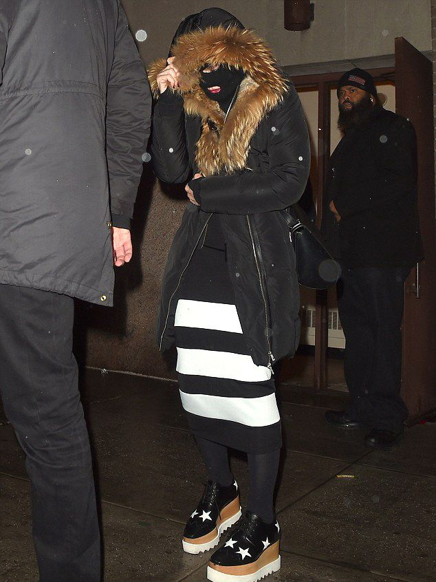20150308-pictures-madonna-out-and-about-new-york-purim-01