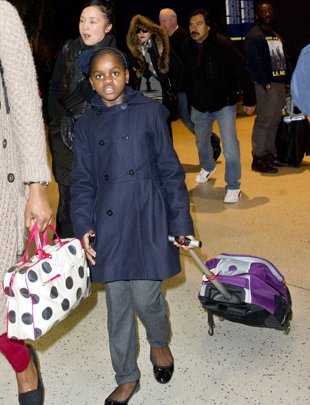 20131224-pictures-madonna-jfk-airport-new-york-07
