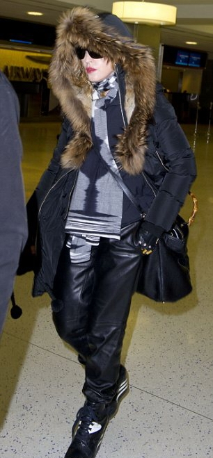 20131224-pictures-madonna-jfk-airport-new-york-05