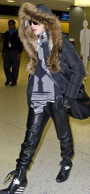 20131224-pictures-madonna-jfk-airport-new-york-03