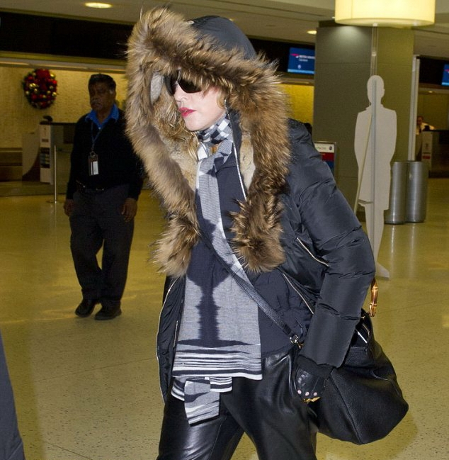 20131224-pictures-madonna-jfk-airport-new-york-01