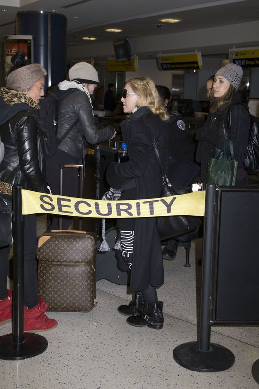 20140124-pictures-madonna-jfk-airport-new-york-08