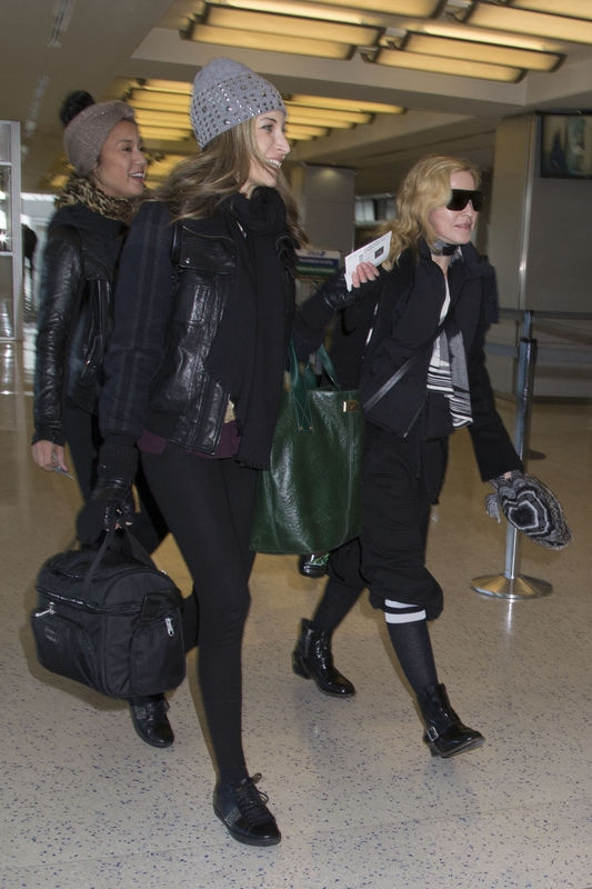 20140124-pictures-madonna-jfk-airport-new-york-07