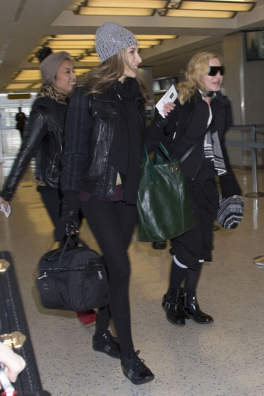 20140124-pictures-madonna-jfk-airport-new-york-06