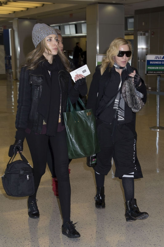 20140124-pictures-madonna-jfk-airport-new-york-04