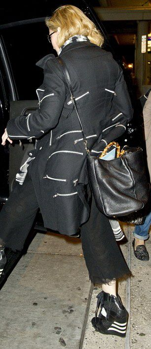 20131120-pictures-madonna-jfk-airport-new-york-07