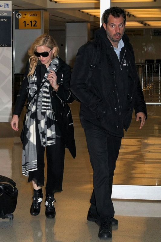20131120-pictures-madonna-jfk-airport-new-york-06