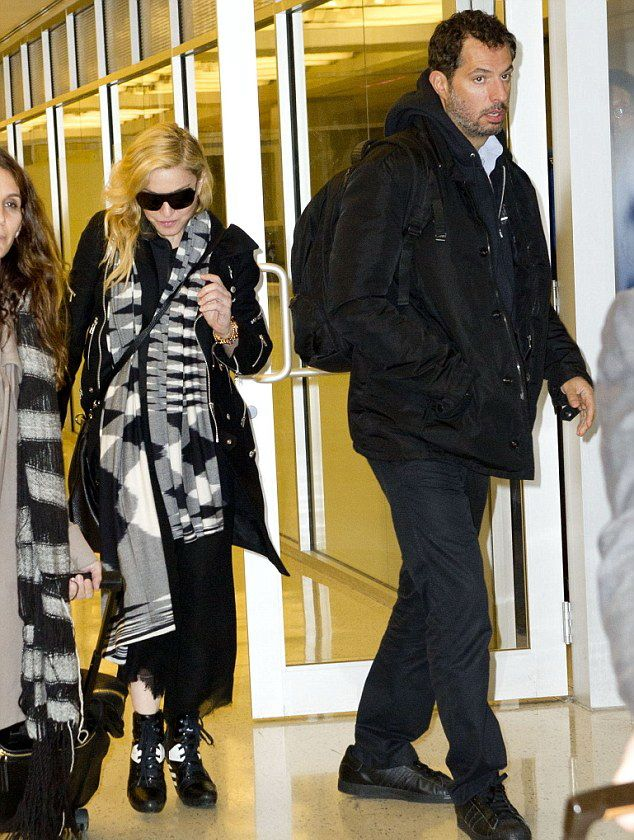 20131120-pictures-madonna-jfk-airport-new-york-03
