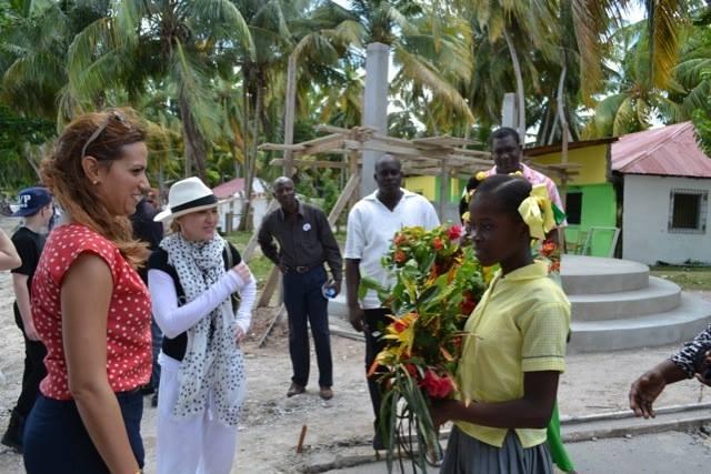 20131127-pictures-madonna-visits-ile-a-vache-haiti-07