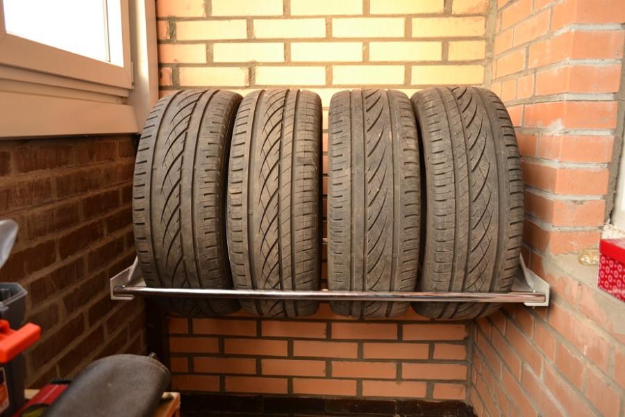 Шкаф для хранения автомобильных колес на балконе.