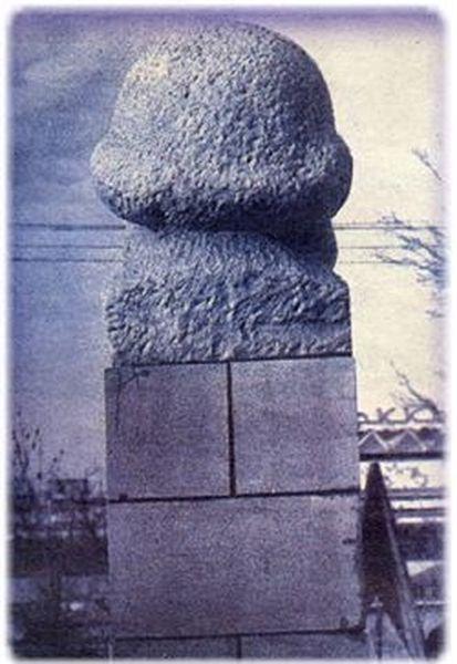 marx pomnik pohlad zozadu