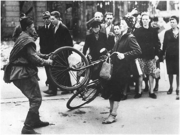 rusky vojak v berline 1945