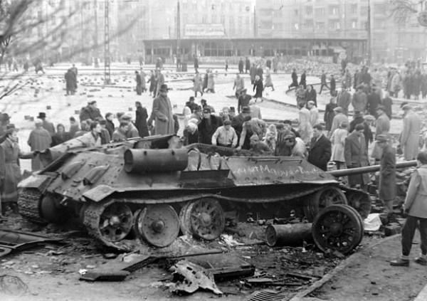 Budapest 1956 Szétlőtt_harckocsi_a_Móricz_Zsigmond