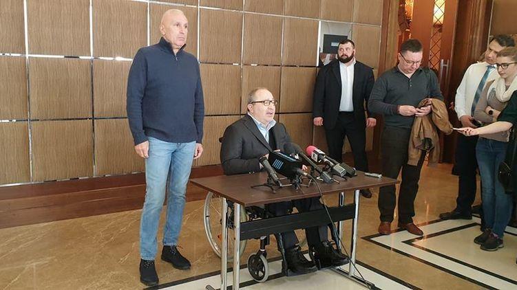Геннадий Кернес (за столом) пообещал раздавить губернатора Алексея Кучера как клопа.