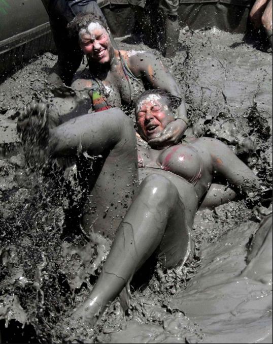 голые в грязи фото