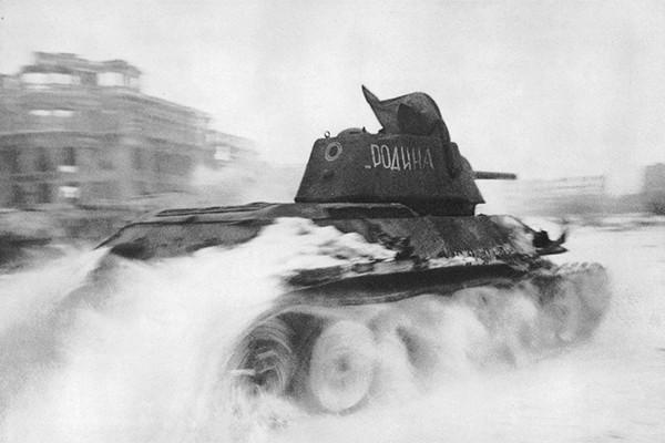 Танк Т-34 с именем собственным «Родина» на площади Павших Борцов в Сталинграде 1943(можно на превью)