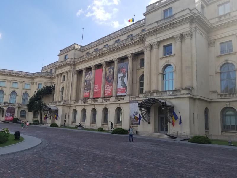 Национальный Художественный музей (бывший королевский дворец)