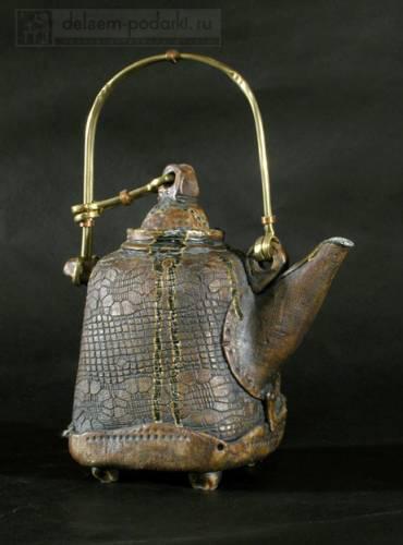 керамический чайник с латунной ручкой