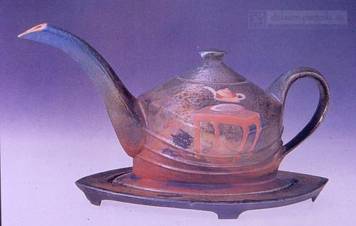 состаренный керамический чайник