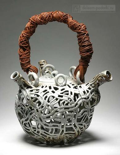 чайник сувенирный, плетеный из керамики