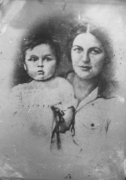 Ольга Андреевна Лазо, жена Сергея Лазо с дочерью          ГАПК, фотофонд, 0334
