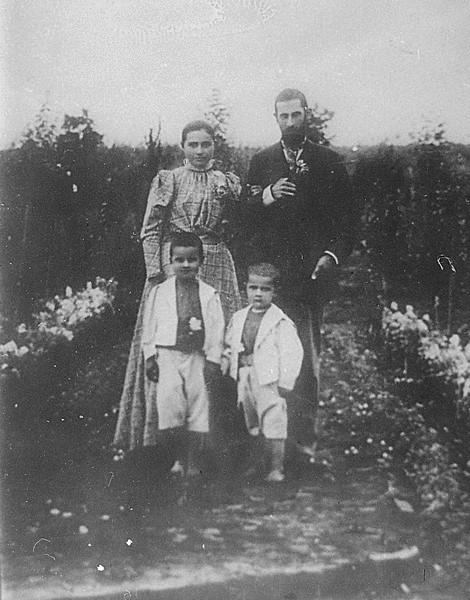 Семья Лазо. Георгий Иванович и Елена Степановна с сыновьями. (старший сын Сергей Лазо - слева), Бессарабия, 1900-е годы ГАПК, фотофонд, 01519