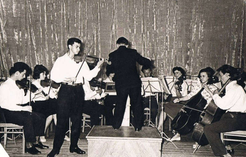 Оскар Нузман выступает в Малом зале Молдгосфилармонии, дирижер – Николай Кильчик, 1963 г.