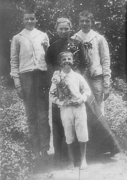 Сергей Лазо (1-й слева) с матерью и братьями, Бессарабия, [1908-1910 гг.] ГАПК, фотофонд, 01518