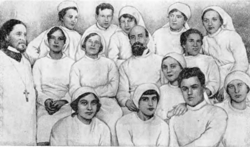 С. Лазо (первый ряд, второй справа) в лазарете медицинских работников в Москве, 1916 г.