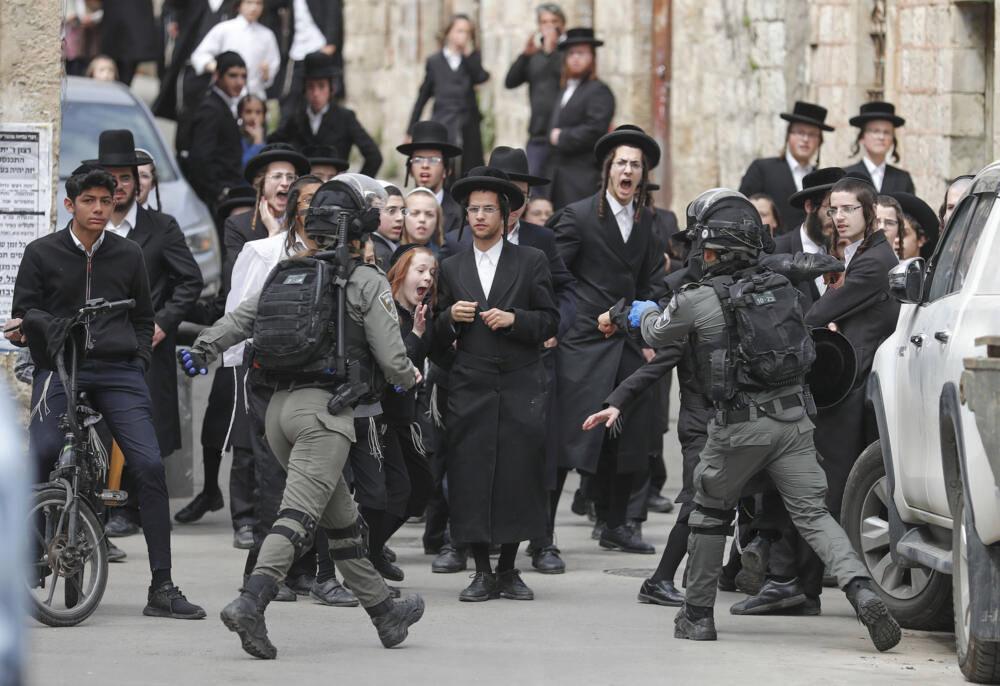 Полиция насильственно закрывает синагогу харедим в Иерусалиме, весна 2020 года. Будущее человечество может оказаться куда ближе к этой сцене, чем к тому, что рассказывает о нем Голливуд / ©Ahmad Gharabli/AFP