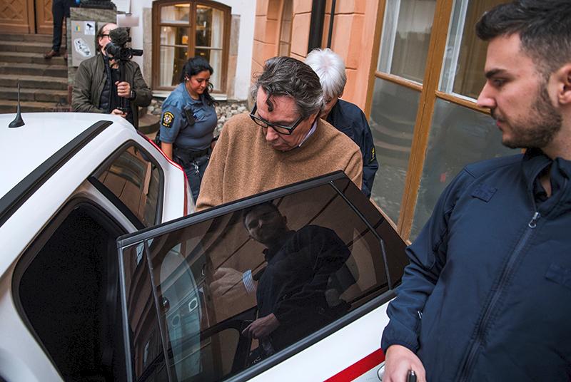 Жан-Клода Арно увозят из здания суда в первый день процесса. Стокгольм, 12 ноября 2018 года© Jonathan Nackstrand / AFP / East News