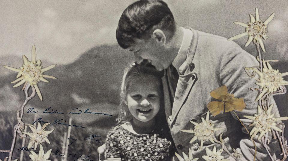 """Bayern, Berghof am Obersalzberg: Das Foto aus dem Jahr 1933 zeigt Adolf Hitler mit dem jüdischen Mädchen Bernhardine """"Rosa"""" Nienau© HEINRICH HOFFMANN / Alexander Historical Auctions / AP"""